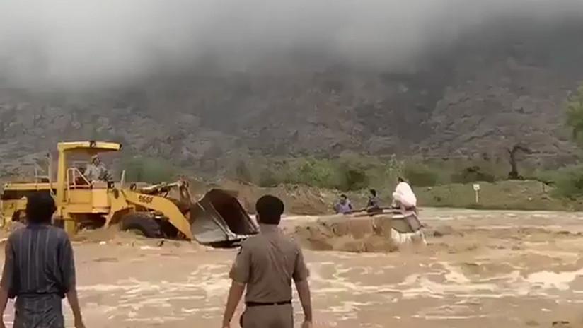VIDEO: Un hombre rescata con un buldócer a tres personas de una inundación