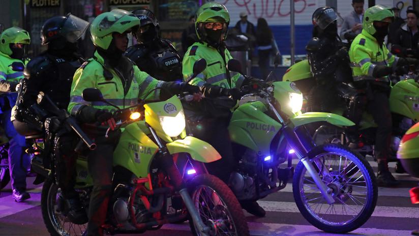 Captan cómo varios policías de Colombia agarran y golpean a una comunicadora hasta dejarla inconsciente