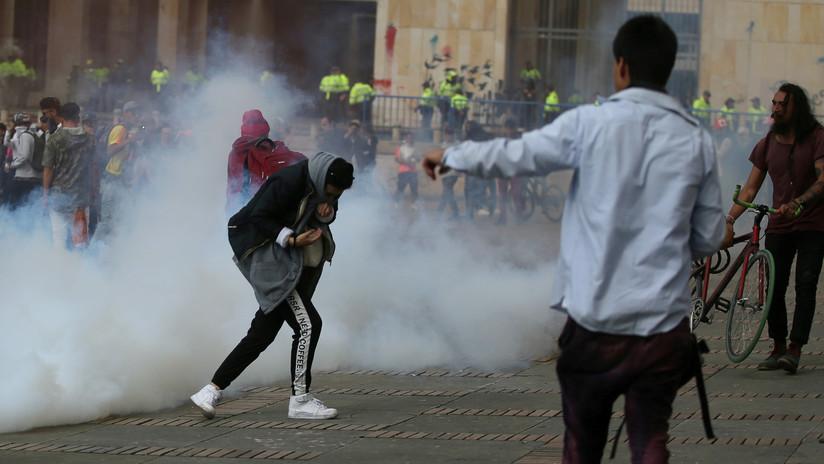 VIDEO: Granada de gas lacrimógeno del Esmad impacta en la cabeza de un joven y lo deja gravemente herido en Bogotá