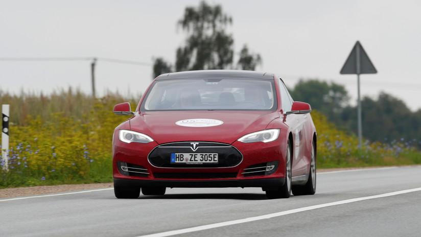 Destroza su coche Tesla y debe esperar seis semanas para deshacerse de él