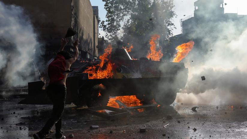 VIDEO: Carabineros captan desde el interior de su blindado cómo son atacados con cócteles molotov en Santiago de Chile