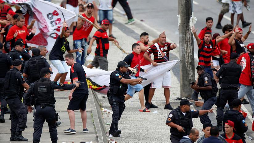 La Policía usa gases lacrimógenos contra hinchas que les lanzan piedras en plena celebración tras la victoria del Flamengo en la Libertadores