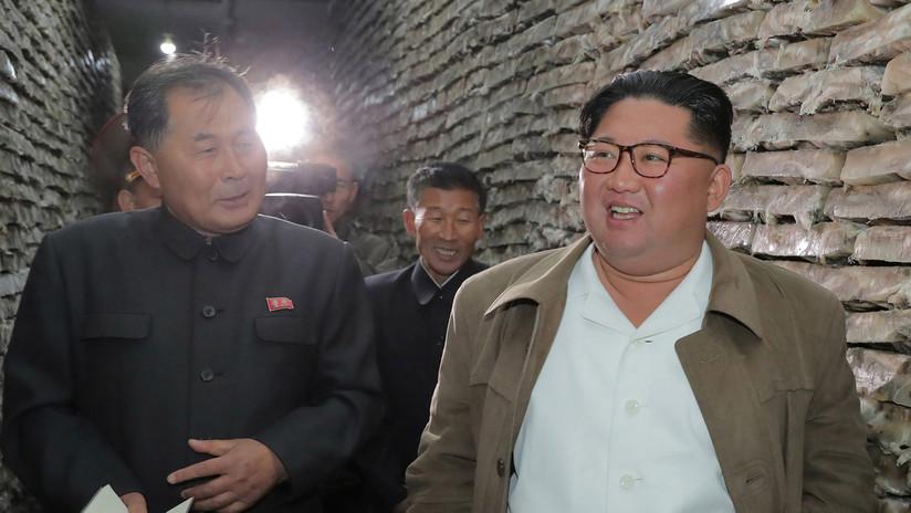 Publican una foto de Kim Jong-un riéndose rodeado por una multitud de mujeres militares que lloran
