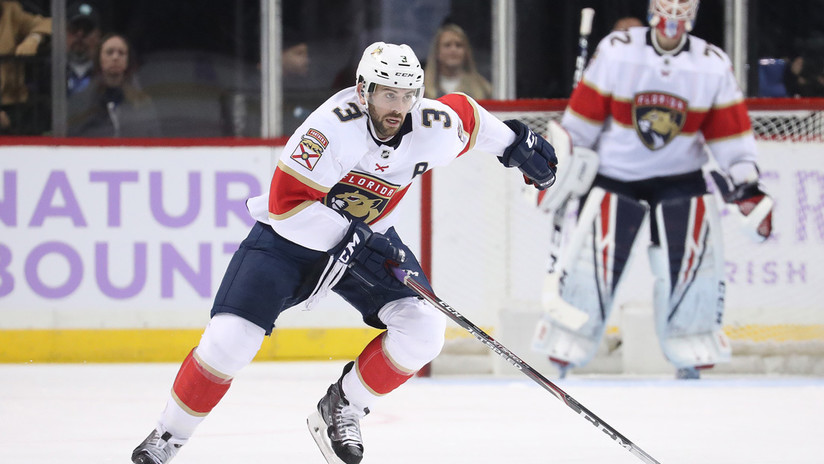 VIDEO: Un jugador de hockey de la NHL pierde 9 dientes al impactarle el disco en la boca