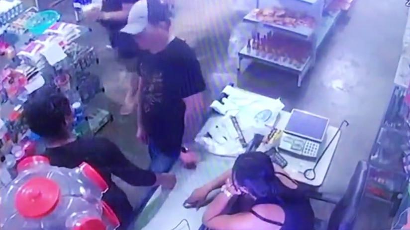 VIDEO: Un hombre intenta 4 veces abalear a su esposa a quemarropa y ella se salva porque el arma falla