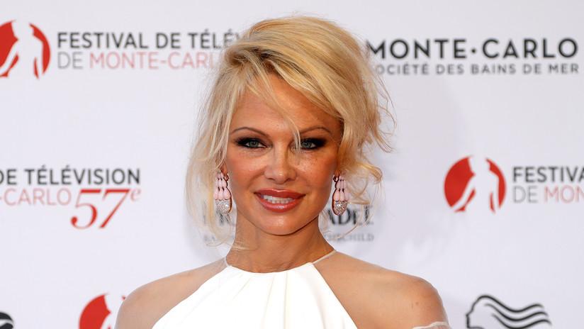 """Pamela Anderson insta al primer ministro de Australia a abogar por la liberación del """"héroe australiano"""" Julian Assange"""