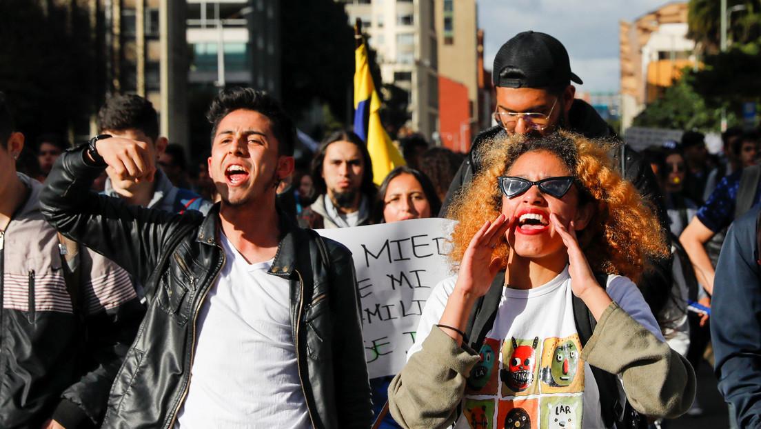 VIDEO: Velatón y 'cacerolazos' en Colombia por la muerte de un joven con una granada de gas de la Policía