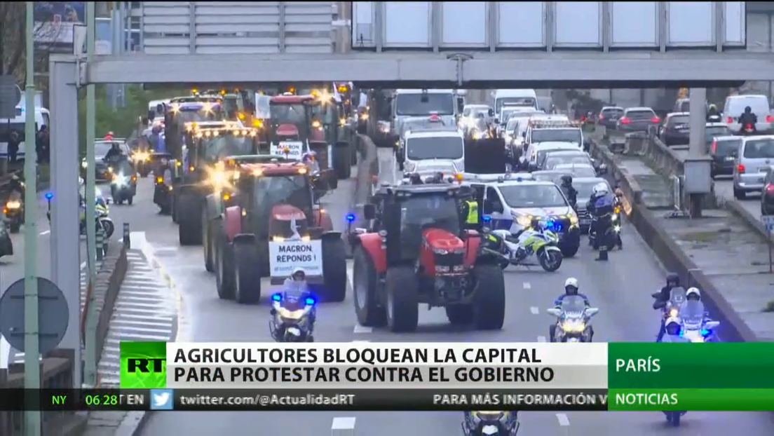 Cerca de un millar de agricultores franceses bloquean las principales carreteras de París para protestar contra las políticas del Gobierno