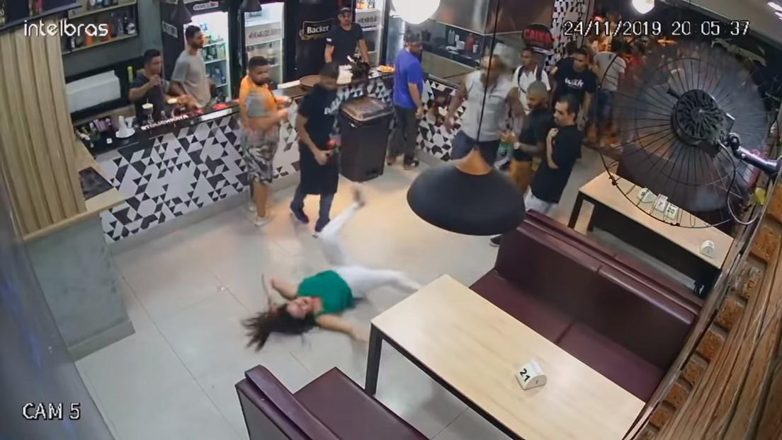 VIDEO: Dos hombres atacan a una mujer en un bar porque su mesa estaba demasiado cerca de ellos