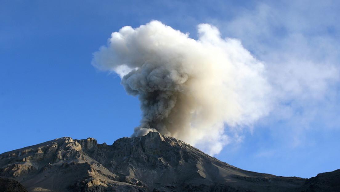 VIDEO: Registran explosiones con emisiones de ceniza generadas por un volcán en el sur de Perú