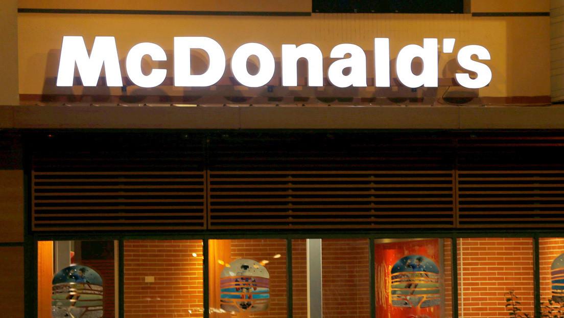 VIDEO: Un vigilante de seguridad de McDonald's patea en la cara a un chico que estaba tumbado en la calle