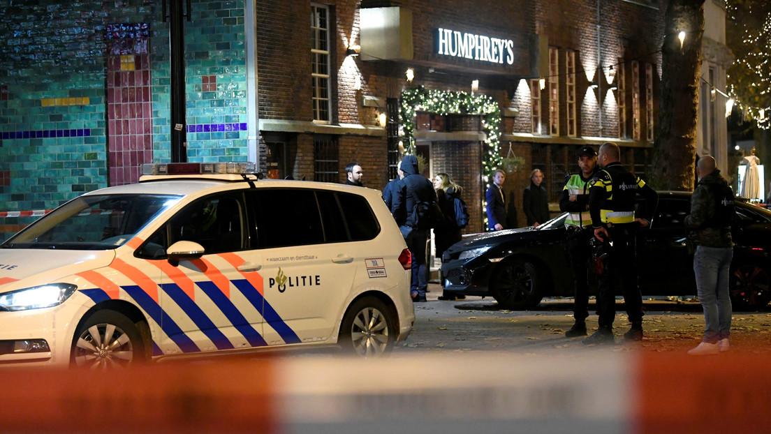 VIDEOS: Gente huye despavorida por la calle comercial en La Haya donde un atacante hirió a tres personas con arma blanca