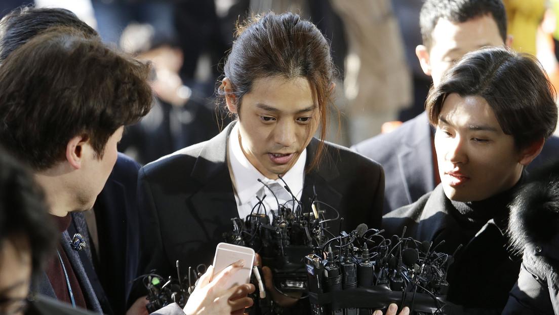 Sentencian a prisión a dos cantantes de K-pop por violar a una joven y compartir videos sexuales en un chat