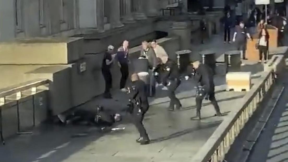 VIDEO: Testigos enfrentaron al atacante de Londres con el colmillo de un animal marino y un extintor