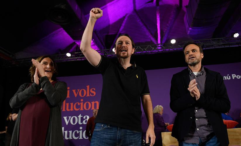 Pablo Iglesias (c), líder de Podemos, junto a la alcaldesa de Barcelona, Ada Colau (i) en un mitin. Barcelona, 6 noviembre 2019