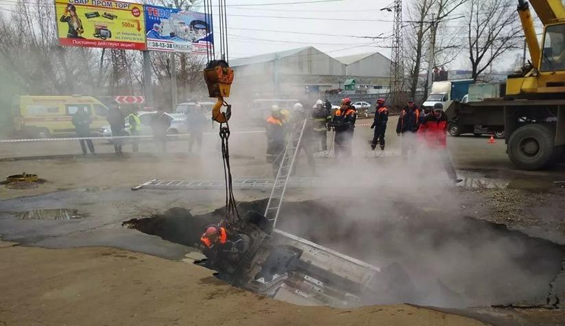 Mueren abrasados en un auto que cae de repente en un socavón lleno de agua hirviendo