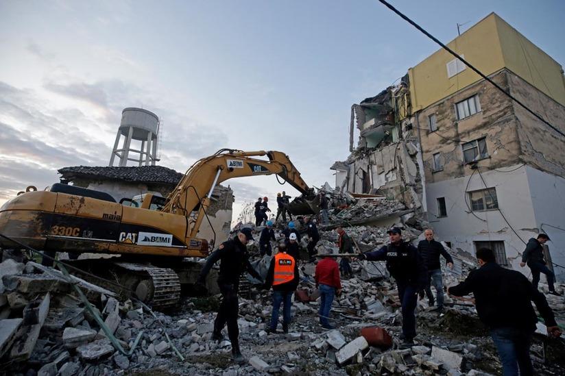 Equipos de rescate cerca de un edificio dañado en Thumane, Albania, el 26 de noviembre de 2019.