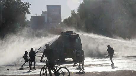La Policía intenta desalojar a los manifestantes con un cañón de agua durante una protesta contra el gobierno de Chile en Santiago, el 5 de noviembre de 2019.