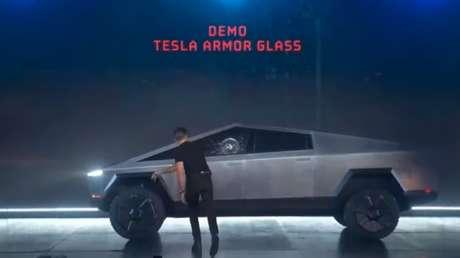 La Red se llena de memes tras romperse el vidrio 'indestructible' de la nueva camioneta futurista Cybertruck de Tesla