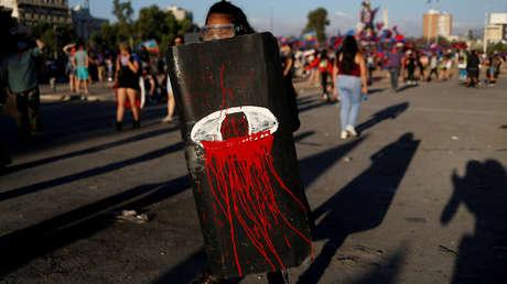 Mujer queda ciega tras recibir el impacto de una granada de gas lacrimógeno durante las protestas en Chile