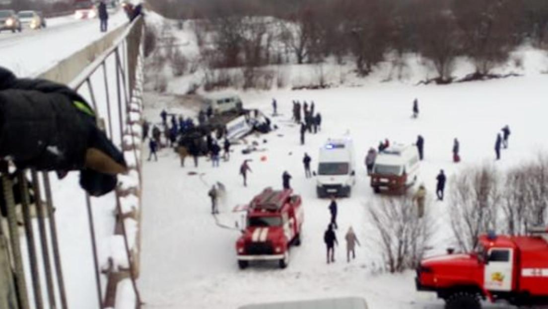 Al menos 19 muertos tras volcar y caer desde un puente a un río congelado un autobús en Rusia