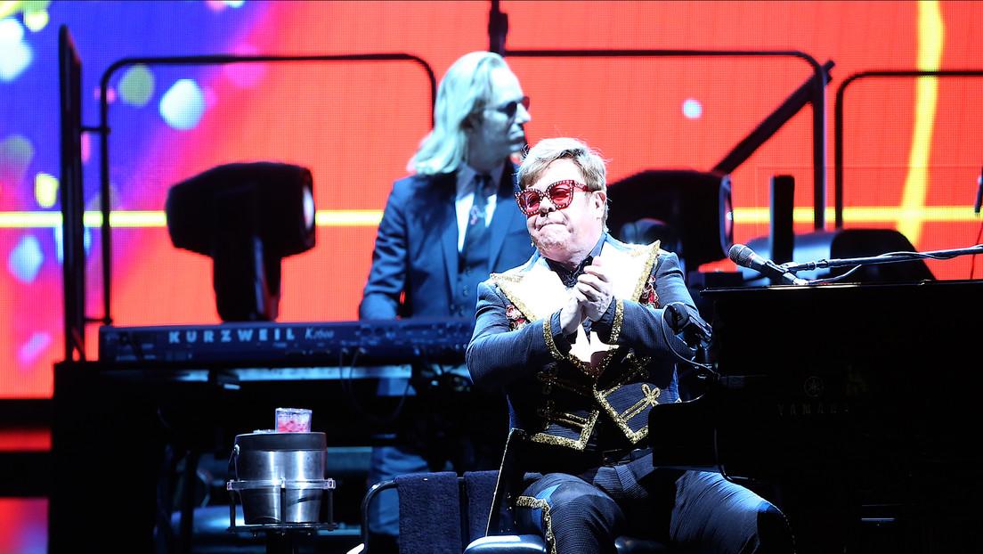 """""""¡Déjenla en paz, imbéciles!"""": Elton John insulta a los guardias de seguridad de su concierto por intentar echar a una mujer del público (VIDEO)"""