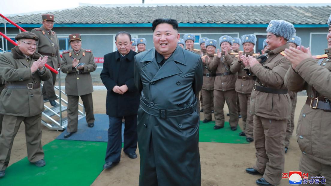 ¿Pretende crear un estilo 'independiente'? Kim Jong-un sorprende con un atuendo atípico durante una prueba de misiles