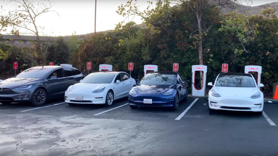 """Un video muestra """"el principal problema"""" de las estaciones de carga rápida de Tesla"""