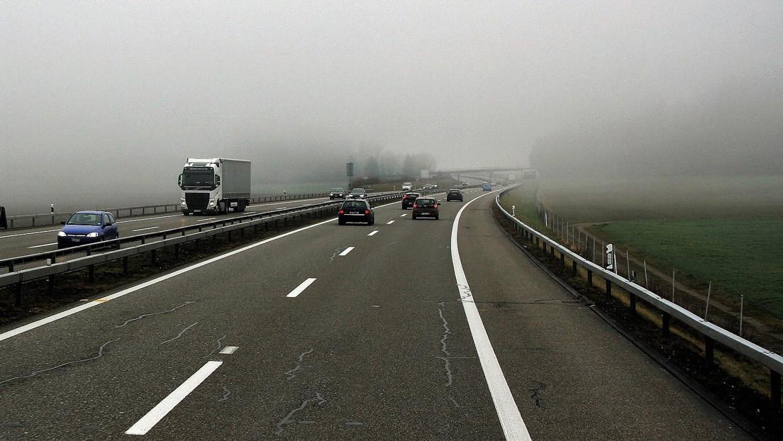 VIDEO: Transeúnte esquiva autos a toda velocidad para advertir a los conductores sobre 'minas viales' de hielo negro