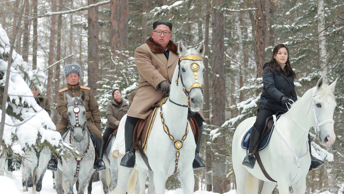 "FOTOS: Kim Jong-un vuelve a visitar un monte ""sagrado de la revolución"" a lomos de un caballo blanco"