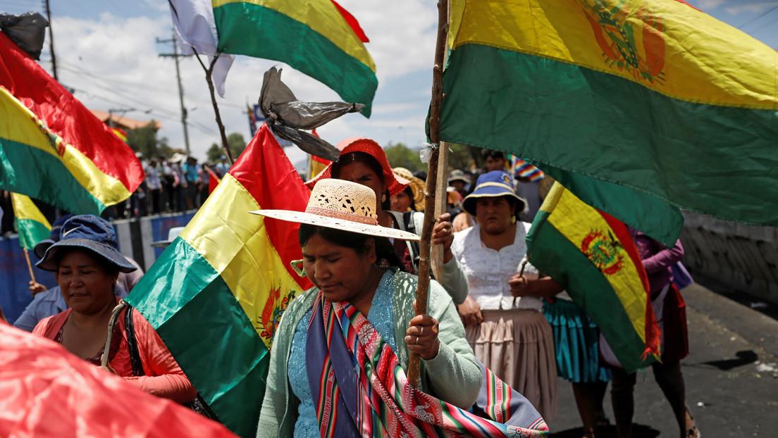 Esposas de policías bolivianos hacen vigilia para exigir la renuncia del funcionario que investigó la masacre de Sacaba