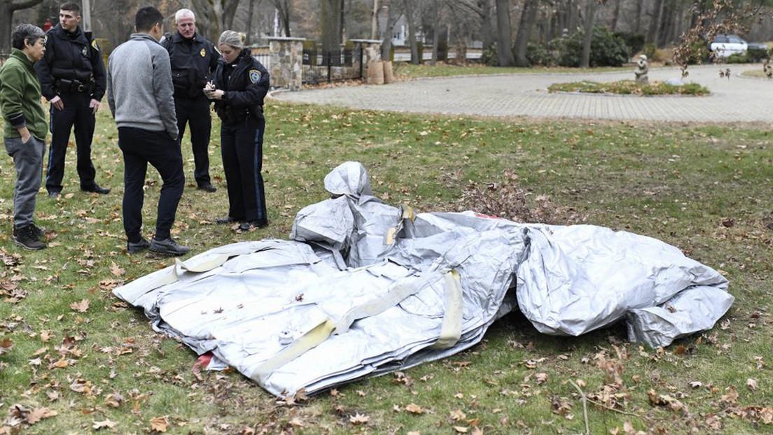 Un tobogán de evacuación inflable se desprende de un avión en pleno vuelo y cae en medio de un vecindario