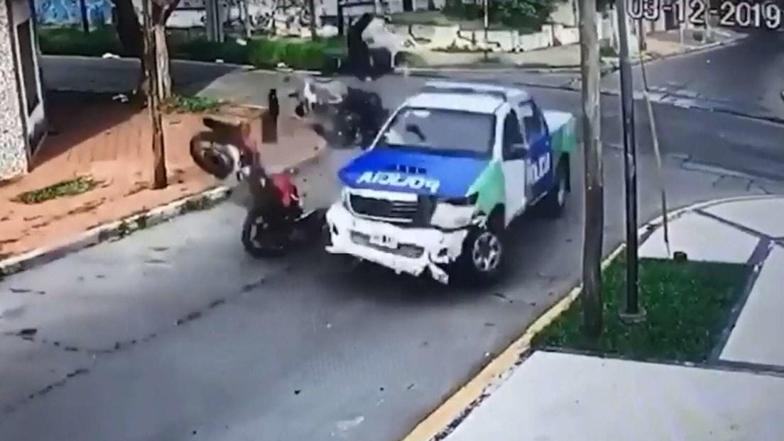 VIDEO: Roban una moto y chocan fatalmente en su fuga contra una patrulla de la Policía