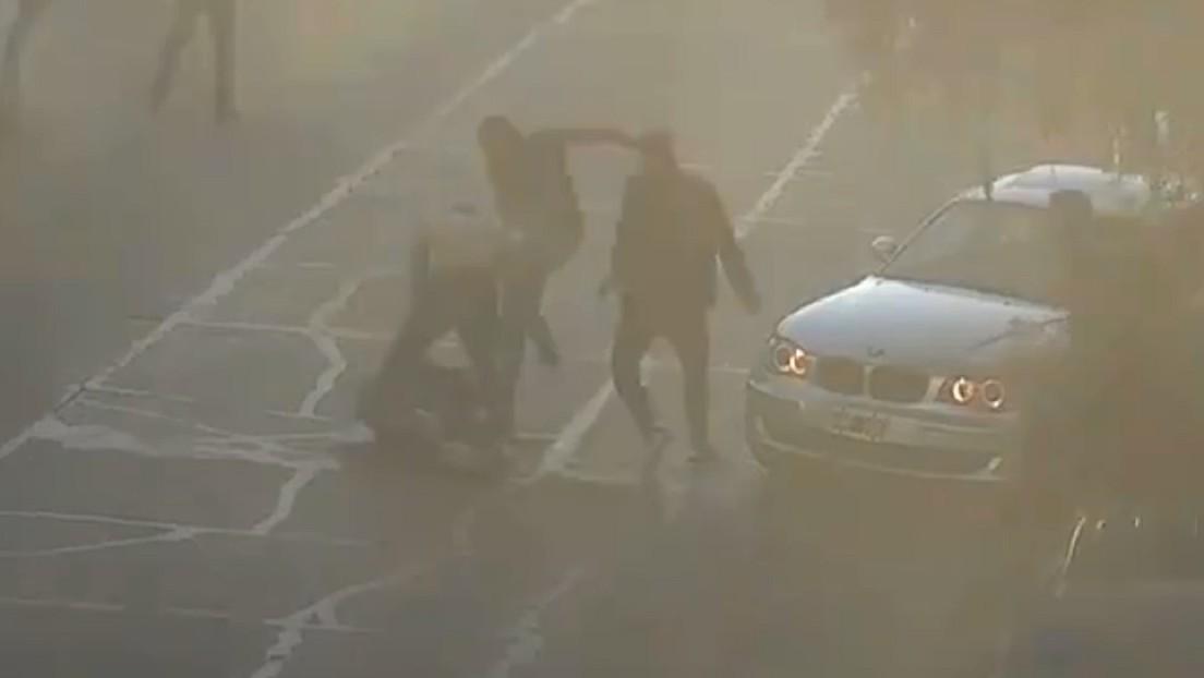 Un joven es lanzado frente a una ambulancia desde un coche luego de ser golpeado y abaleado en Argentina (VIDEO)