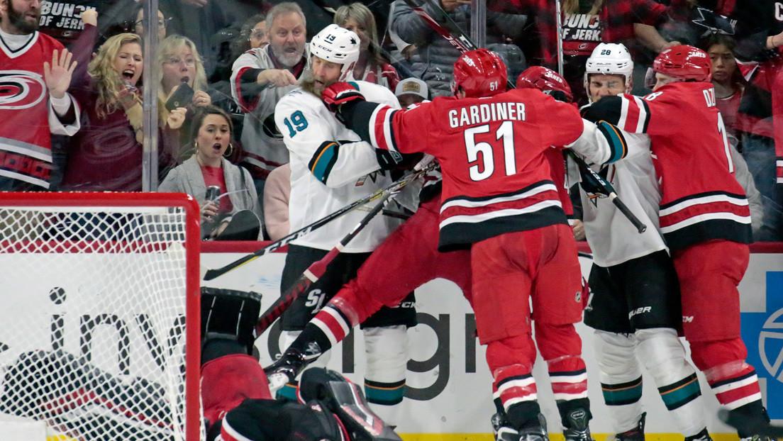 VIDEO: Un jugador de hockey derriba de un solo golpe al portero rival en un partido de la NHL