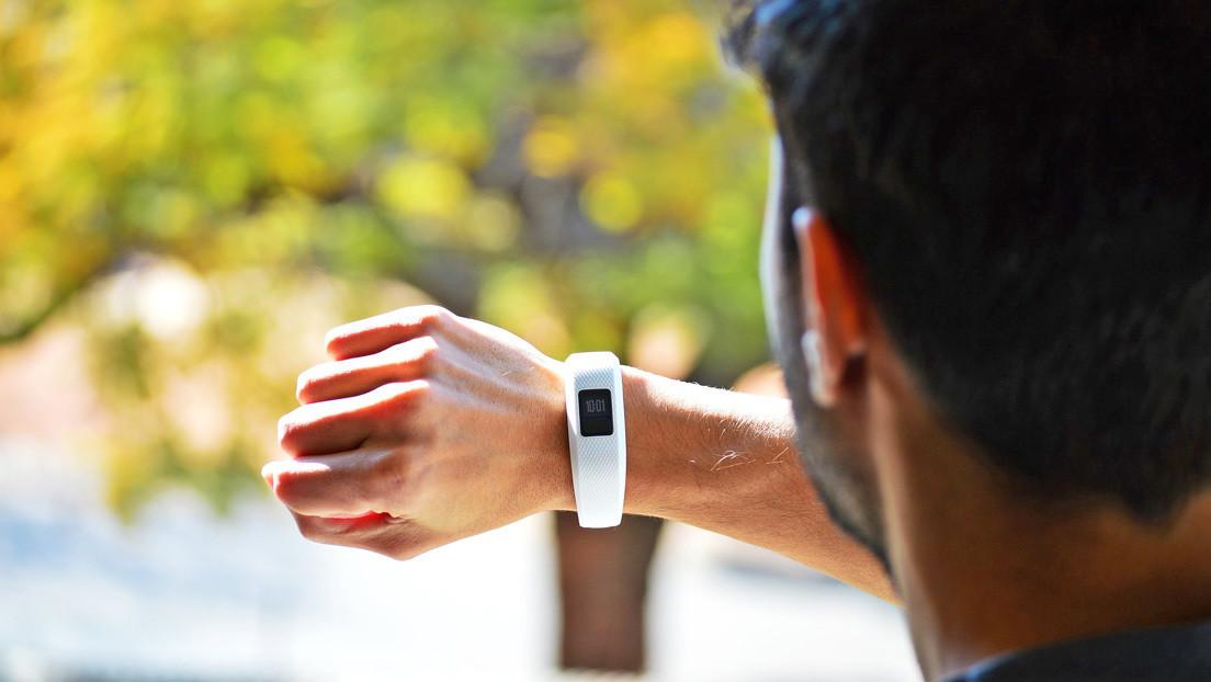 Mujer descubre que su novio la engaña gracias a una pulsera para monitorear la salud y lo cuenta en las redes sociales