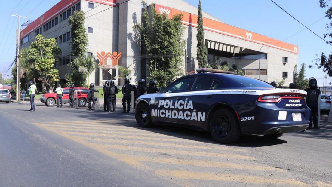 México: Un grupo armado entra a balazos a un municipio de Michoacán y quema un autobús público