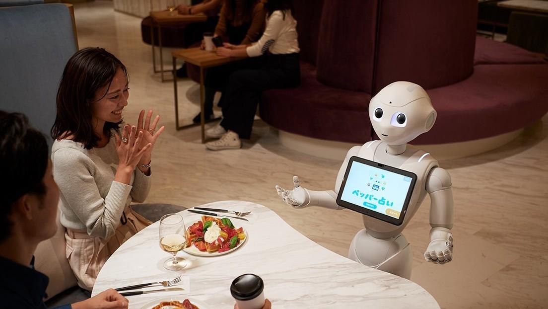 Así es el café atendido por robots que toman pedidos, charlan y recomiendan postres (FOTOS)
