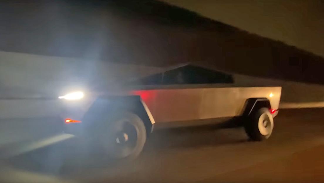 VIDEO: Captan a Musk conduciendo la camioneta Cybertruck por primera vez en una carretera (y acaba arrollando un cono vial)