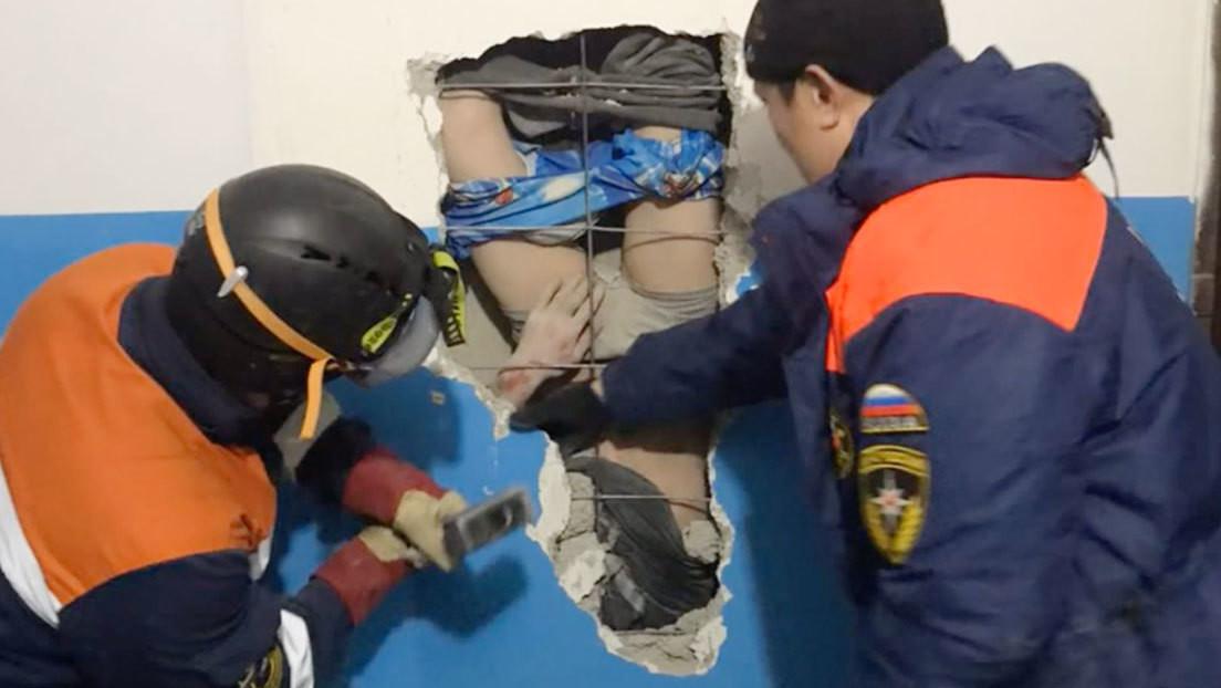 VIDEO: Un siberiano cae boca abajo por un conducto de ventilación desde un décimo piso al intentar salvar sus botas (y sobrevive)