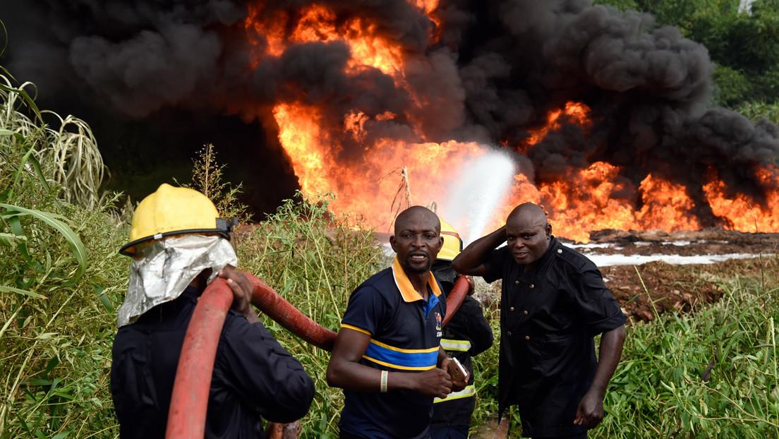 Un sacerdote confunde agua bendita con gasolina y causa la explosión de un oleoducto matando a seis personas