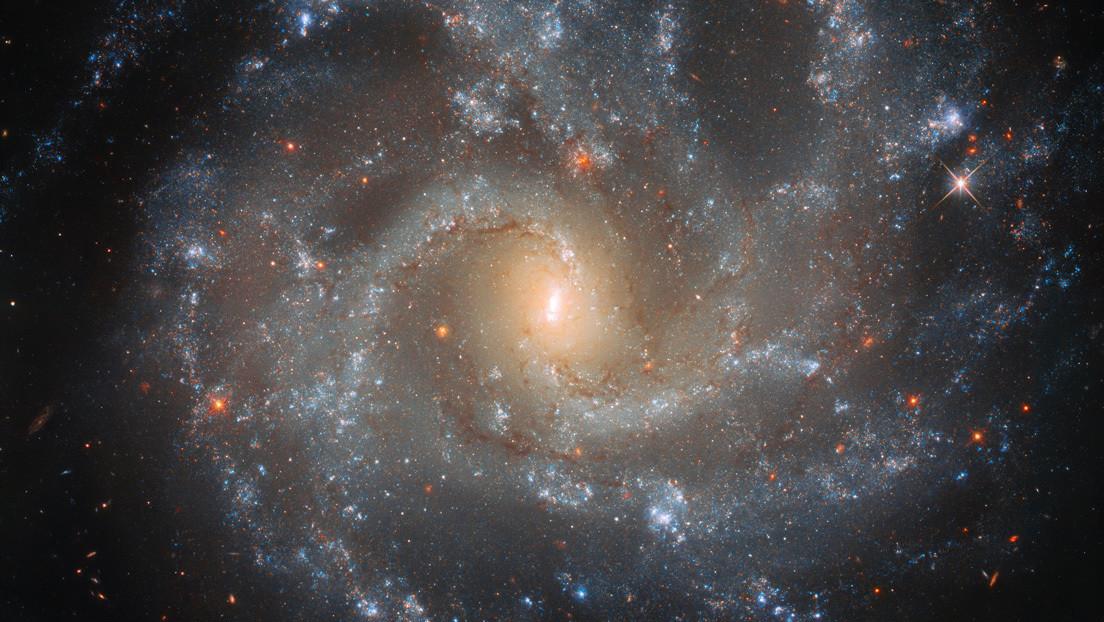 El telescopio espacial Hubble capta una galaxia brillante con supernovas