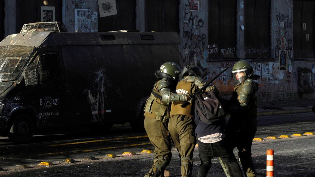 Carabineros golpean a manifestantes y detienen fotógrafos durante las protestas en Chile