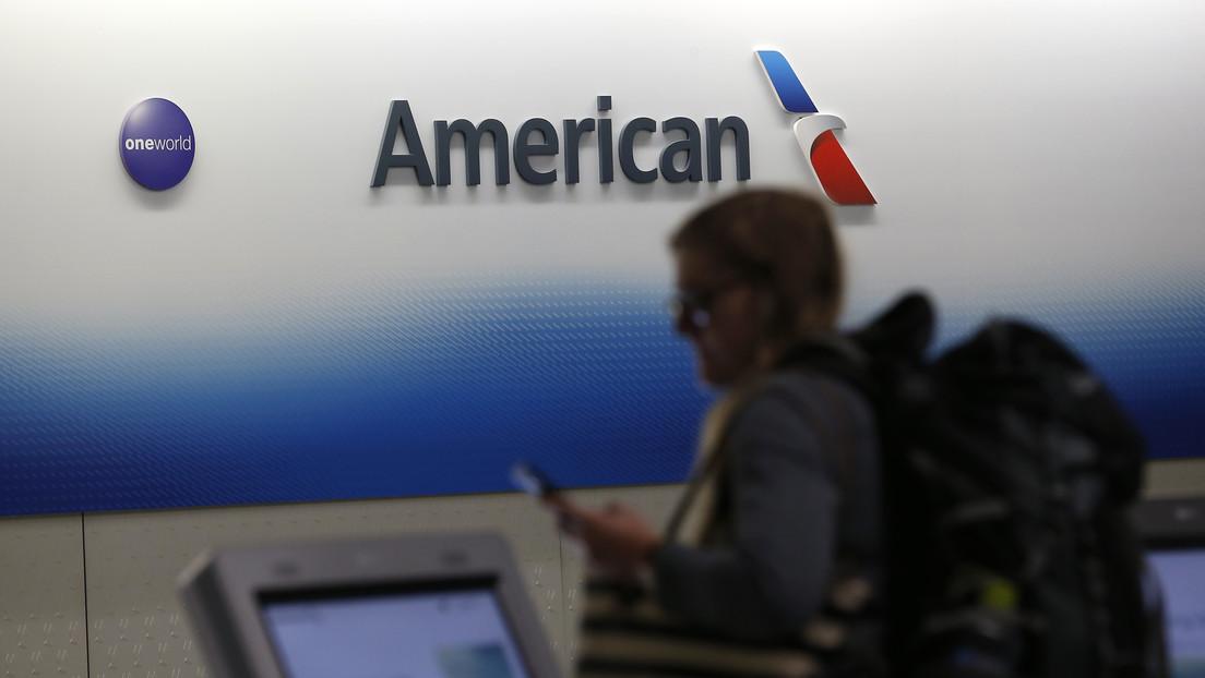 """American Airlines obligó a una pasajera a cambiarse de camiseta por llevar la inscripción """"Viva Satanás"""""""