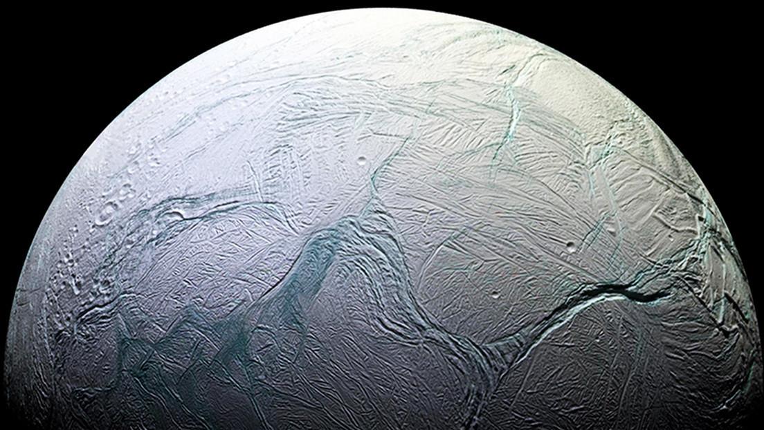 ¿Cómo aparecieron las extrañas 'rayas de tigre' en una luna de Saturno?