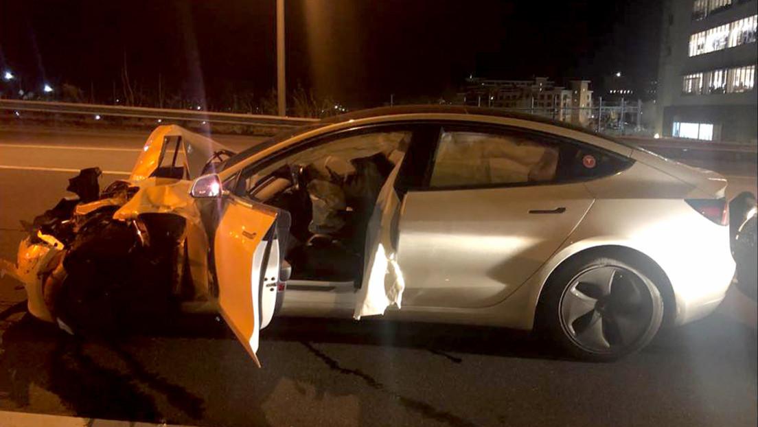 FOTOS: Circula a bordo de un Tesla en autopiloto, se gira para ver a su perro y se estampa contra un coche patrulla