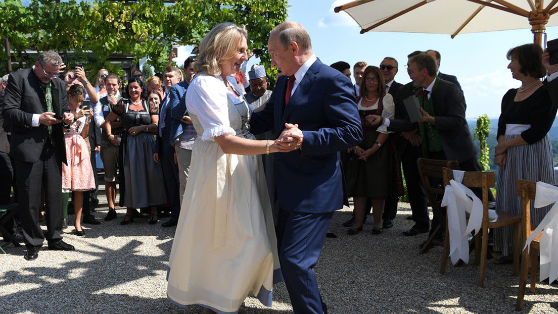 """""""Un caballero de la vieja escuela"""": La exministra de Exteriores austríaca elogia a Putin"""