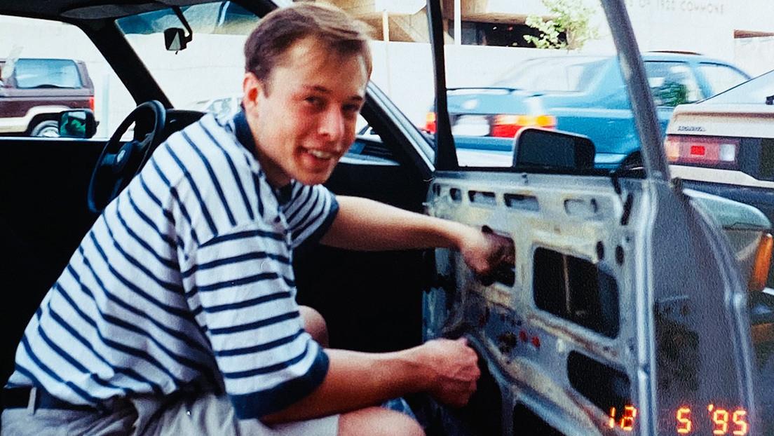FOTO: Elon Musk reparaba su coche con artículos de chatarrería en 1995