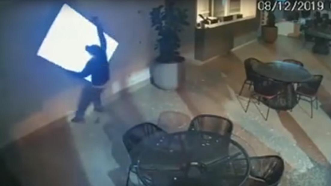 VIDEO: Los ladrones más torpes de Brasil intentan robar un televisor y protagonizan una 'charlotada'