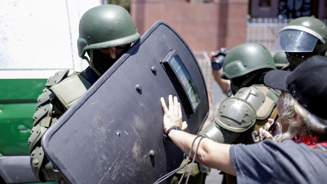 Carabineros de Chile reprimen con gases una protesta de feministas en Santiago